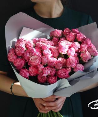 Букет из кустовых малиновых роз
