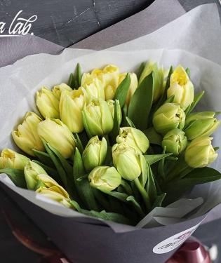 25 лимонных тюльпанов