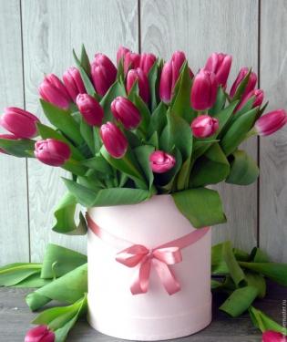 Розовые тюльпаны в коробке