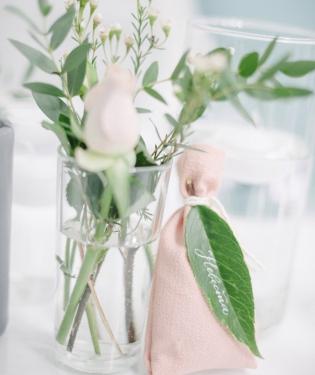 Цветы в вазочках